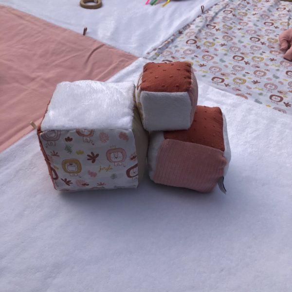 les-cubes-eveil-lion-rose(1)