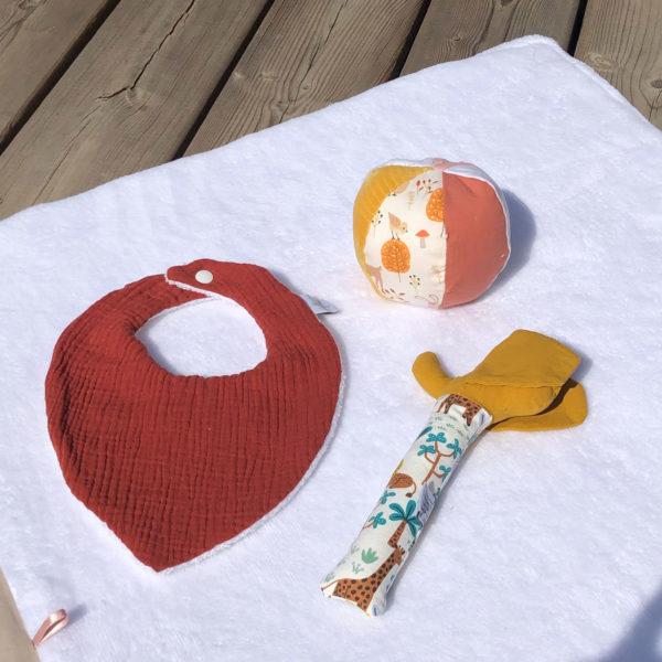 bavoir-bandana-bebe-terracotta-hochet-anneau-eveil-beb