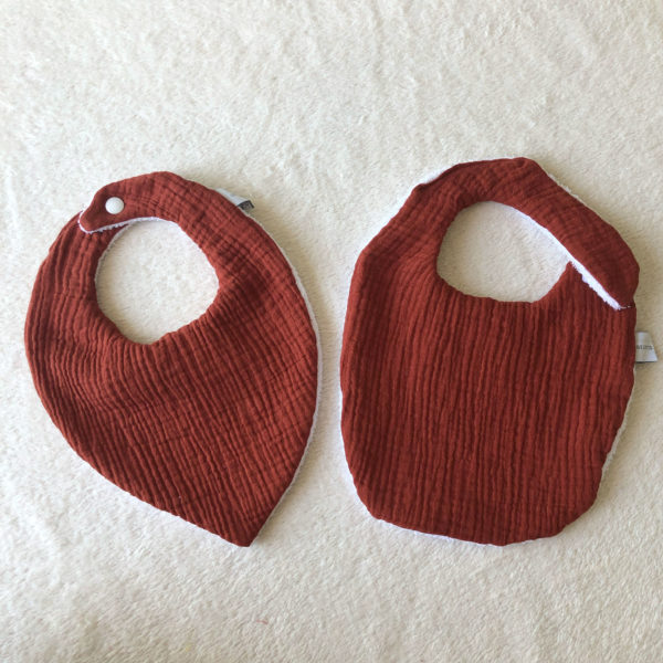bavoirs-bébé-eponge-bandana-terracotta