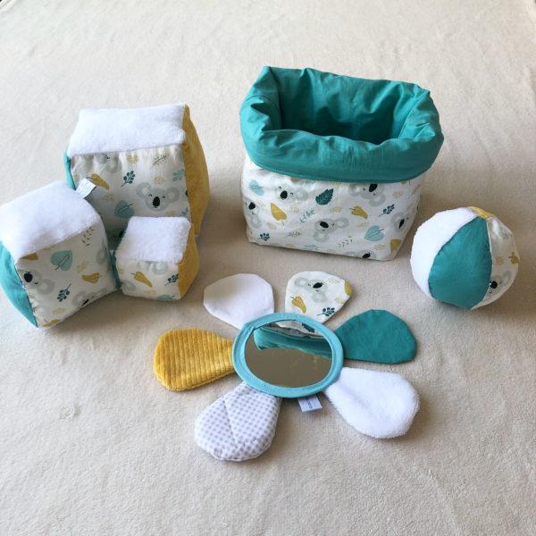 box-eveil-bebe-cubes-eveil-fleur-miroir-balle-montessori-sens