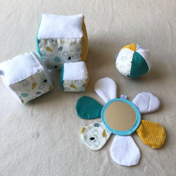 box-eveil-bebe-cubes-eveil-fleur-miroir-balle-sens