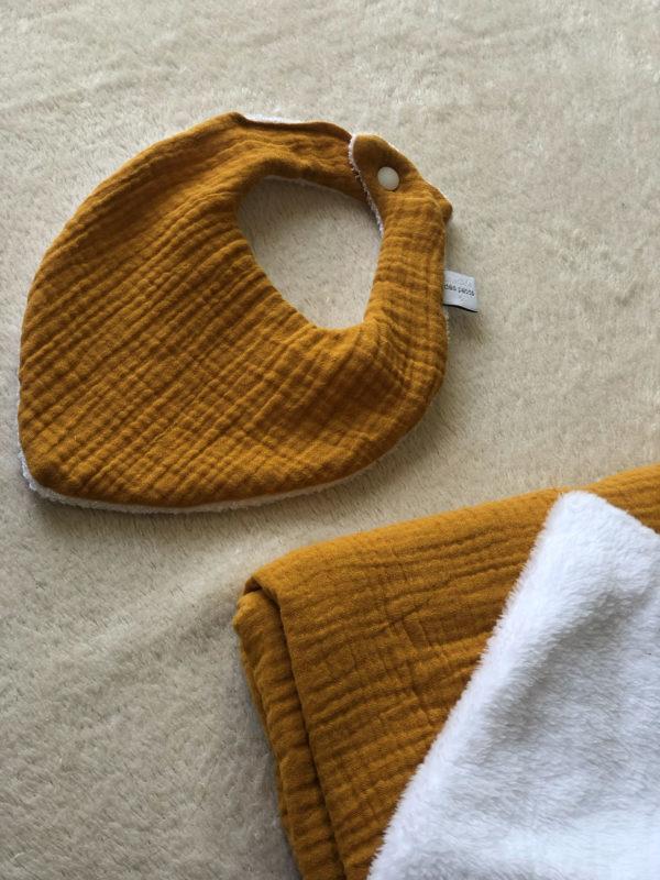 cadeau-naissance-bavoir-personnsalise-couverture-bebe